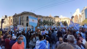 Banderazo: masiva movilización de ciudadanos argentinos en defensa de las instituciones republicanas