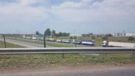 Alerta logística: transportistas autoconvocados comenzaron a movilizarse en los accesos de las terminales rosarinas