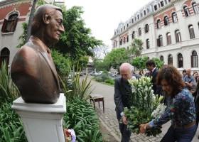 """Un día para recordar: Casamiquela y Campos Bilbao llevaron flores a un busto de Kirchner para festejar """"su impronta de ir contra la oligarquía"""""""