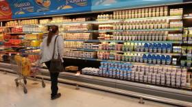 El poder de la góndola: supermercados se quedan con 29 de cada 100 pesos facturados por la cadena láctea