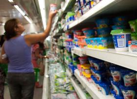 Redistribución de la pobreza: los supermercados tienen una participación en el precio final de la leche fluida que duplica a la que reciben los tamberos
