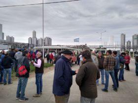 """Tamberos se movilizaron frente a las plantas industriales de Mastellone Hnos: """"Debe aparecer la plata que falta y está en la cadena"""""""