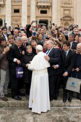 """Último mes para viajar: Peretti está en el Vaticano con una comitiva de 80 personas para entregarle al Papa Francisco """"regalos fabricados por empresas nacionales"""""""